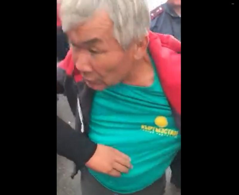 «Кыргызстандын» футболкасын кийген мас адам акча алганбы?