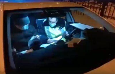 Видео. Орусияда кыргыз таксист полициянын колун айнекке кыпчытып айдап кетти
