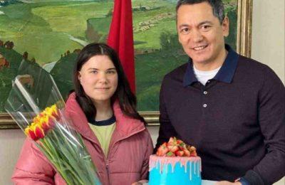 Бабанов торт жасаган кыз менен 8-мартты белгиледи