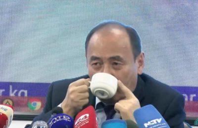 Видео. Министр Бейшеналиев түз эфирде уу коргошун ичип жиберди
