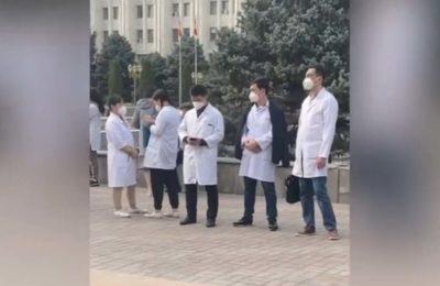 Видео. Ак үйдүн алдына медиктер митингге чыгышты