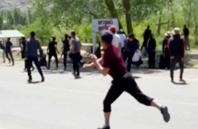 Видео. Тажиктер мылтык менен кыргыздар таш менен уруп