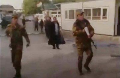 Видео. Тажиктер барымтага алган айыл башчыны жана 9 адамды бошотту