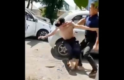 Видео. Такси айдоочулары менен жүргүнчүлөр ортосунда мушташ чыкты